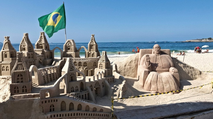 17jul2013---as-tradicionais-esculturas-de-areia-da-praia-de-copacabana-no-rio-estao-repletas-de-motivos-religiosos-por-conta-da-jornada-mundial-da-juventude-na-imagem-o-vaticano-e-o-papa-fr